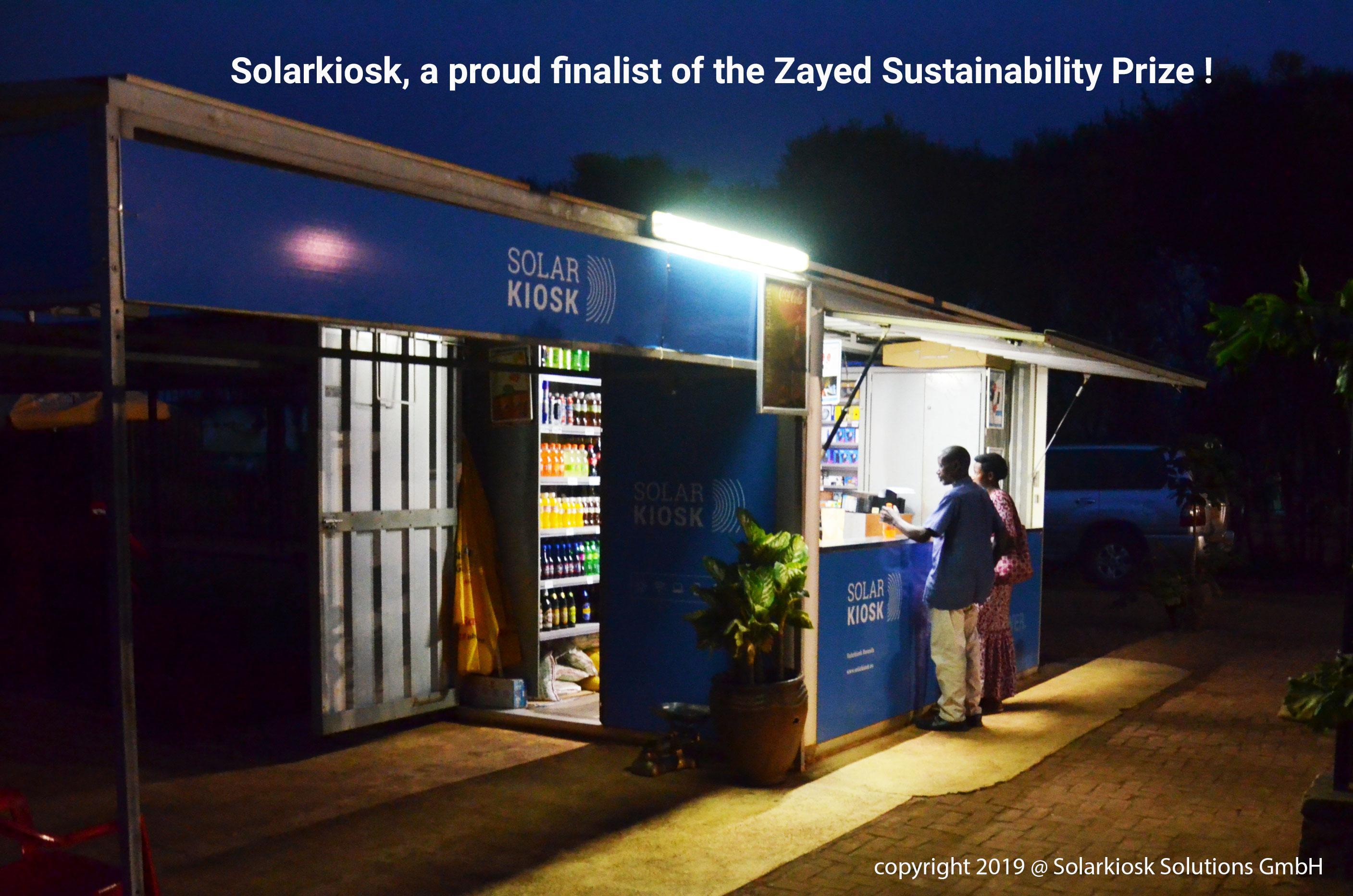 Solarkiosk E HUBB in the evening